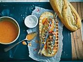 Gegrillte Sardinen-Brötchen mit Chilisauce