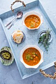 Toskanische Bohnensuppe auf Tablett