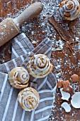 Cinnamon Rolls: Zimtschnecken aus Hefeteig mit Zuckerguss