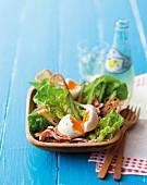 Salat mit weichgekochten Eiern, Speck und grünem Spargel