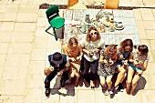 Freunde beim Lunch auf einer Terrasse