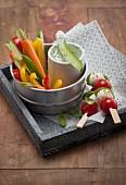 Gemüsesticks mit Dip für unterwegs (Low Carb)
