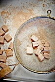 Marshmallows mit Kakaopulver bestreuen