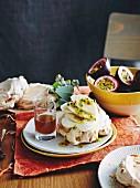 Macadamia-Baisers mit Banane, Maracuja und Zitronenmyrtensirup zu Ostern