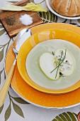Apfel-Sellerie-Suppe mit Roquefort