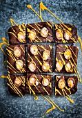 Schokoladen-Brownies mit Mini-Ostereiern und gelber Glasur
