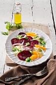 Sommerlicher Rote-Bete-Fenchel-Salat auf mediterranem Teller