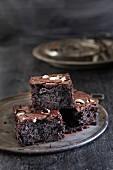 Schwarze Brownies mit Pfefferminzschokolade