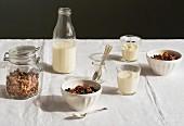 Gedeckter Frühstückstisch mit Müsli und Milch