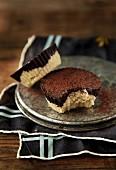 Vegane Schokoladen-Kokos-Törtchen, eines angebissen