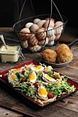 Schottische Eier auf Blattsalat (England)