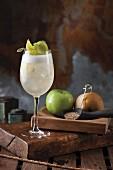 Herbstlicher Cocktail mit Wodka, Apfel und Birne