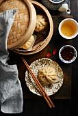 Chinesische Jiaozi mit Chilisauce