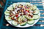 Gurkensalat mit Avocado, Cashew-Nüssen, Kernen und Oliven