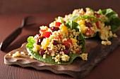 Quinoasalat mit Bohnen, Paprika und Tomaten im Salatblatt