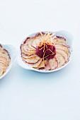 Süsses Kartoffel-Apfel-Gratin mit Zwetschgeneis und Kartoffelstroh