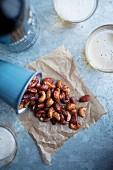Geröstete Cashewnüsse und Mandeln mit Ahornsirup und Meersalz