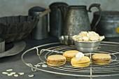 Zitronen-Macarons mit Mandelsplittern auf Kuchengitter