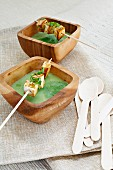 Spinat-Sojadrink-Suppe mit Tofu-Spießen