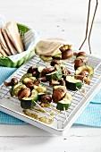 Gemüse-Pilz-Spiesse vom Grill und Pitabrot