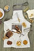 Verschiedene Zutaten für süsse Gerichte auf Kochschürze liegend