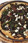 Unleavened bread pizza with spinach and blue cheese