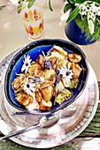 Bananenkuchen mit Gewürzen aus Kamerun, Madras-Curry, Zimt, Muskatnuss, Lavendelblüten und Gerbera