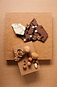 Schokolade und Nussmischung aus Mandeln, Walnüssen und Haselnüssen auf Pappschachteln