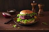 Veggie-Burger mit Rote-Bete-Bratling und Avocadoaufstrich