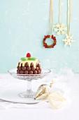 Weihnachtsdessert aus Schokokugeln mit weißem Schokoguss