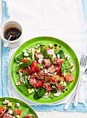 Salat mit Wassermelone, Radieschen und Rindfleisch