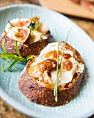 Goat's cheese on toast with figs