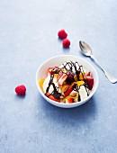 Vanilleeis mit Beeren und Schokosauce