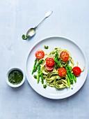 Bandnudeln mit grünem Spargel, Pesto und Tomaten