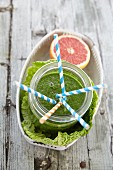 Chard and savoy cabbage smoothie with pink grapefruit