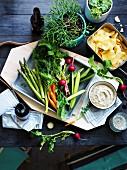 Austern-Dip zu rohem Gemüse und Kartoffelchips