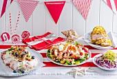 Weihnachtsbuffet mit verschiedenen Gerichten auf rot-weißem Tischläufer