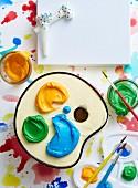 Backen für Kinder: Künstler-Farbpalette mit bunten Cremeklecksen