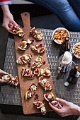 Crostini mit Blauschimmelkäse und Feige und würzige Nüsse