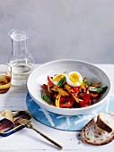 Paprikagemüse mit Ei und Basilikum