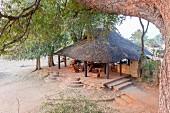 Lounge im Nsefu Camp, Sambia, Afrika