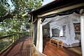Blick ins Schlafzimmer einer Lodge, Afrika