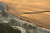 Küste der Wüste Namib am Ozean, Namibia, Afrika