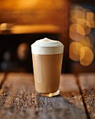 Nescafe Cappuccino auf rustikaler Holzoberfläche