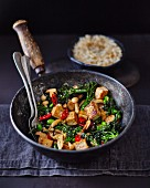 Tofu mit Brokkoli, Pilzen, Chili und Sesam in Wokpfanne