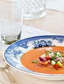 Gazpacho in blau-weißem Teller