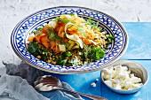 Orientalischer Getreidesalat mit Karotten, Zucchini, Kichererbsen und Feta