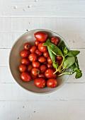Tomaten und Basilikum in einer Schale