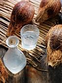 Kokoswasser und Kokosnüsse