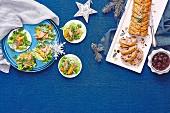 Weihnachtsbuffet mit Truthahngericht und Fleischpastete mit Kirschsauce